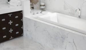Interni Bagni: Bagno in stile  di Marmi di Carrara