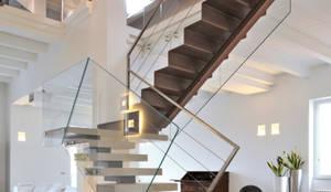 Vestíbulos, pasillos y escaleras de estilo  de  INO PIAZZA studio