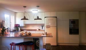 Después de la reforma. Vista de la cocina.:  de estilo  de Arquigestiona Reformas S.L.