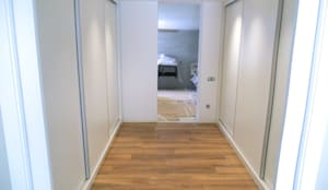 vestidor a medida con puertas correderas bajo escalera