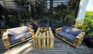 Balcones, porches y terrazas de estilo  por palettenmoebel.at,