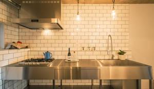 サブウエイタイルとステンレスキッチン: 株式会社SHOEIが手掛けたキッチンです。