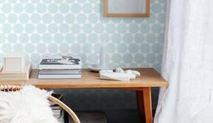 EMPAPELADOS, MANTELES, ALMOHADONES, ILUMINACION, MUEBLES & VAJILLA: Estudio de estilo  por Casa Feten