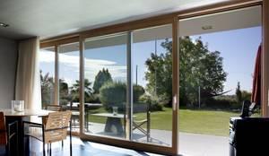 Hebe-Schiebe-Türen in der Kombination Aluminium-Holz: moderne Fenster & Tür von Kneer GmbH, Fenster und Türen