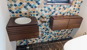 トイレ用のオーダー洗面台&ストレージ: Vigore interior&galleryが手掛けた洗面所&風呂&トイレです。
