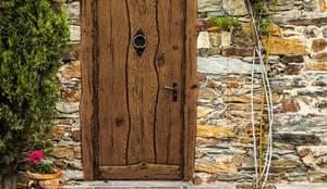 Drzwi Country Flash: styl , w kategorii  zaprojektowany przez Revia Meble i drzwi z litego dębu.