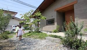 玄関アプローチ: 藤松建築設計室が手掛けた庭です。