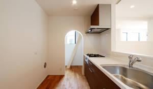 練馬の杜~抜~: 株式会社ハウジングアーキテクト建築設計事務所が手掛けたキッチンです。