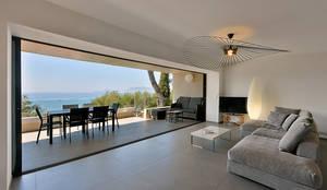 Réinvention Maison / Saint Cyr sur Mer : Salon de style de style Méditerranéen par Atelier Jean GOUZY