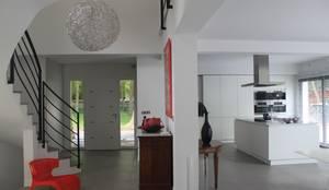 Entrée et cuisine : Couloir, entrée, escaliers de style  par h(O)me attitudes by Sylvie Grimal