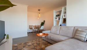 Sala_Zona de estar, vista para a sala de jantar: Sala de estar  por Traço Magenta - Design de Interiores