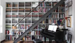 Bücherregal, deckenhoch: industriale Wohnzimmer von Haeku Innenausbau GmbH, Küchenstudio & Tischlerei
