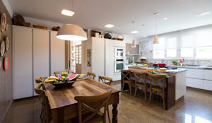 Cozinha com Ilha: Cozinha  por IZI HOME Interiores