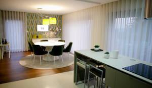 Sala em Cores Atrevidas: Sala de jantar  por Musgo Dourado