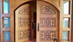 Puertas: Puertas y ventanas de estilo  por Athalia cocinas y Carpinteria