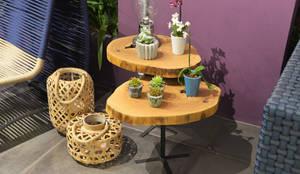 Mesa lateral em madeira maciça: Sala de estar  por ArboREAL Móveis