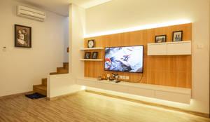 RDT HOUSE Serenia Hills:  Living room by FIANO INTERIOR