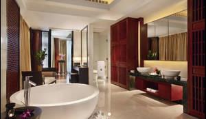 Muebles de baño artesanales importados de Bali: Baños de estilo tropical de Ale debali study
