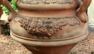 ANFORA VASO A CALICE IN TERRACOTTA DI IMPRUNETA DECORAZIONE ROSE: Giardino in stile  di Tonazzo Srl