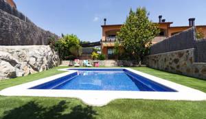 Jardín y piscina:  de estilo  de Dekowow Home Staging