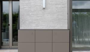 wetterfester Terrassenschrank in Stuttgart:  Balkon, Veranda & Terrasse von design@garten - Alfred Hart