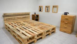 Letto pallet matrimoniale: Camera da letto in stile  di ARREDOPALLET