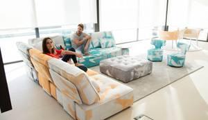Arianne Love - Fama Sofas 2018: Salas de estilo  por Distrito 55