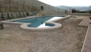Antes y después de poner césped artificial en diferentes jardines.:  de estilo  de Albergrass césped tecnológico