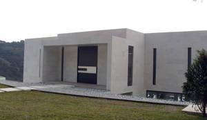 Magna bienvenida: Puertas y ventanas de estilo  por ebanisART Espacio y Concepto