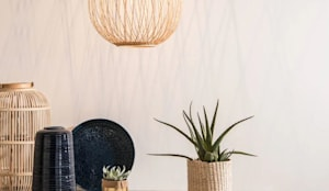 Lámpara de techo bola de fibra vegetal (59,99 €): Comedor de estilo  de MAISONS DU MONDE