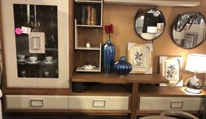 Mueble de una pieza de madera para el salón.: Salones de estilo  de GATON VALLE