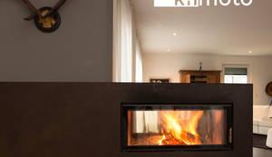 brauner stahlkamin:  Wohnzimmer von kiimoto kamine