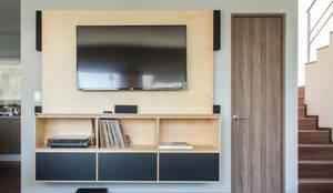 Panel centro de entretenimiento: Sala multimedia de estilo  por RUMMI