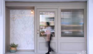 店面外觀:  辦公空間與店舖 by 禾廊室內設計