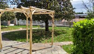 Pergola RUSTICA indipendente in CASTAGNO SCORTECCIATO 400 x 300 cm: Giardino in stile  di ONLYWOOD