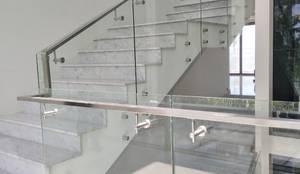 ราวบันไดกระจก แบบหมุดยึด:  บันได โถงทางเดิน ระเบียง by บริษัท เดคอร่า (ไทยแลนด์) จำกัด