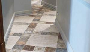 Pavimento Corridoio: Pareti & Pavimenti in stile  di ARTE DELL' ABITARE,