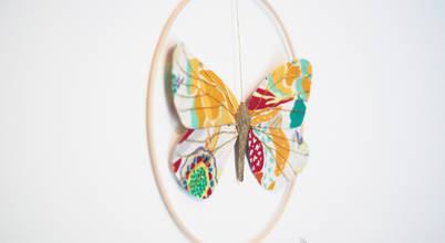 Un papillon s'envole