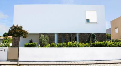 Elegante moradia moderna e branca, com pedra talhada