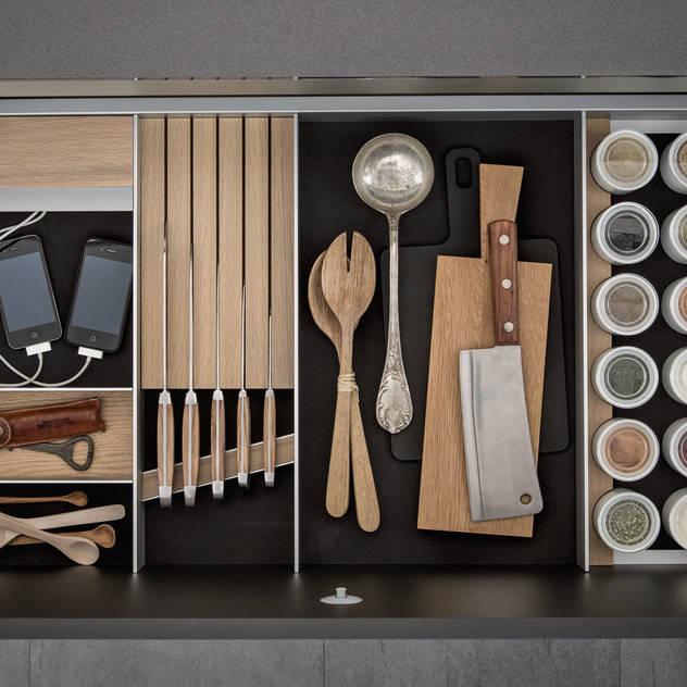 SieMatic ALUMINIUM INNENAUSSTATTUNG: moderne Küche von Designstudio speziell®