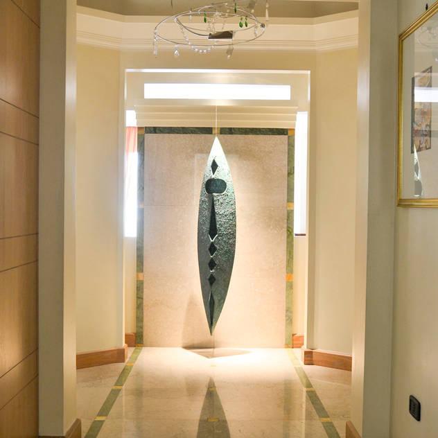 ELEGANZA MODERNA: Ingresso, Corridoio & Scale in stile di CATERINA CAMEROTA ARCHITETTO