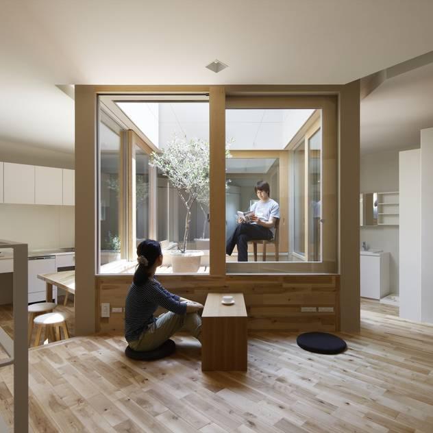 長瀬の家: 藤原・室 建築設計事務所が手掛けたリビングルームです。