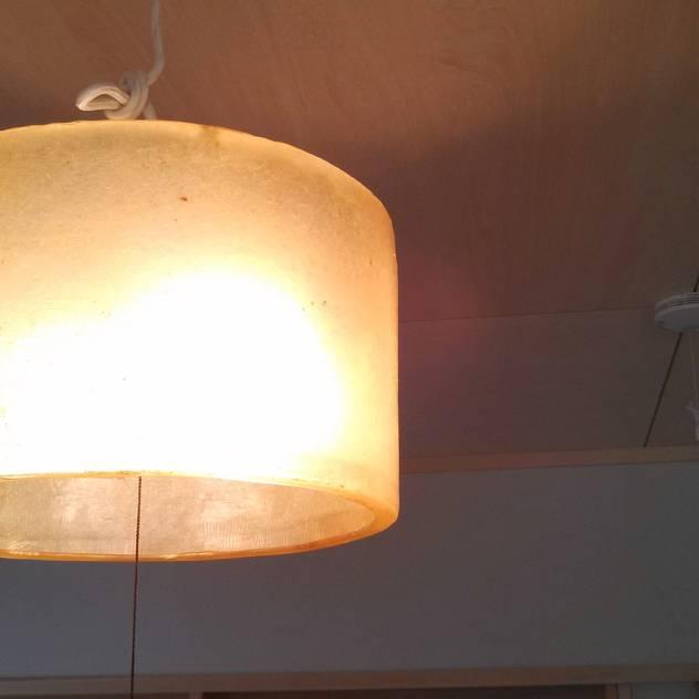 照明器具: カワサキジムショが手掛けたリビングルームです。