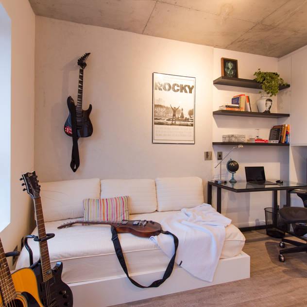 ห้องอ่านหนังสือและห้องทำงาน by .BO - Arquitetura & Interiores