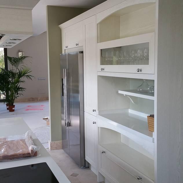 Muebles con modulos abiertos y vitrina: Cocina de estilo de Decodan Interiores