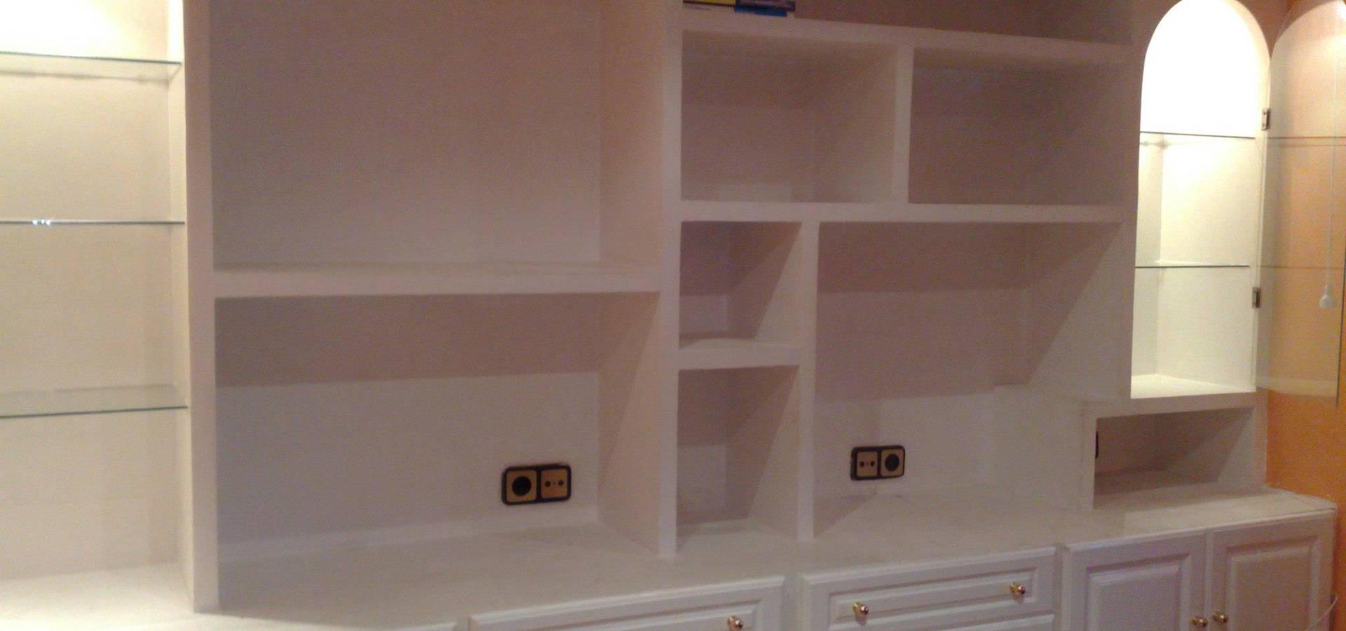 Mueble en sal n con estanterias de escayola by escayolas - Mueble de escayola ...