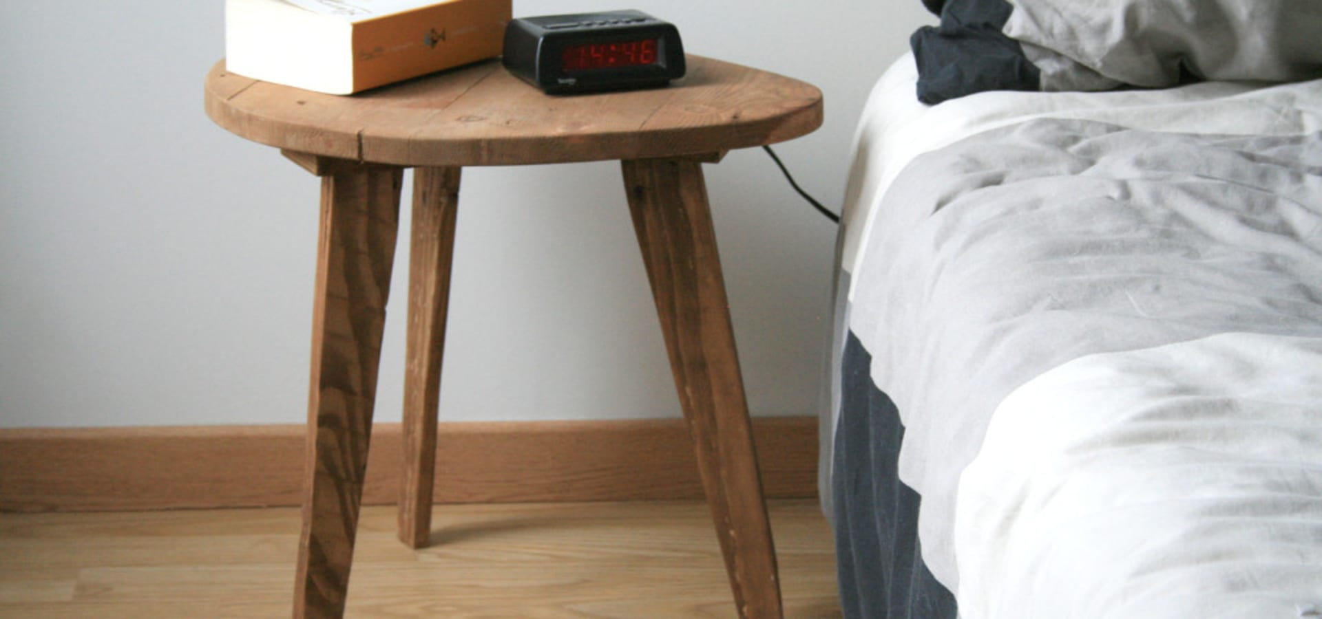 Petite Table De Nuit Bois table de chevet / petite table basse en bois de récupération
