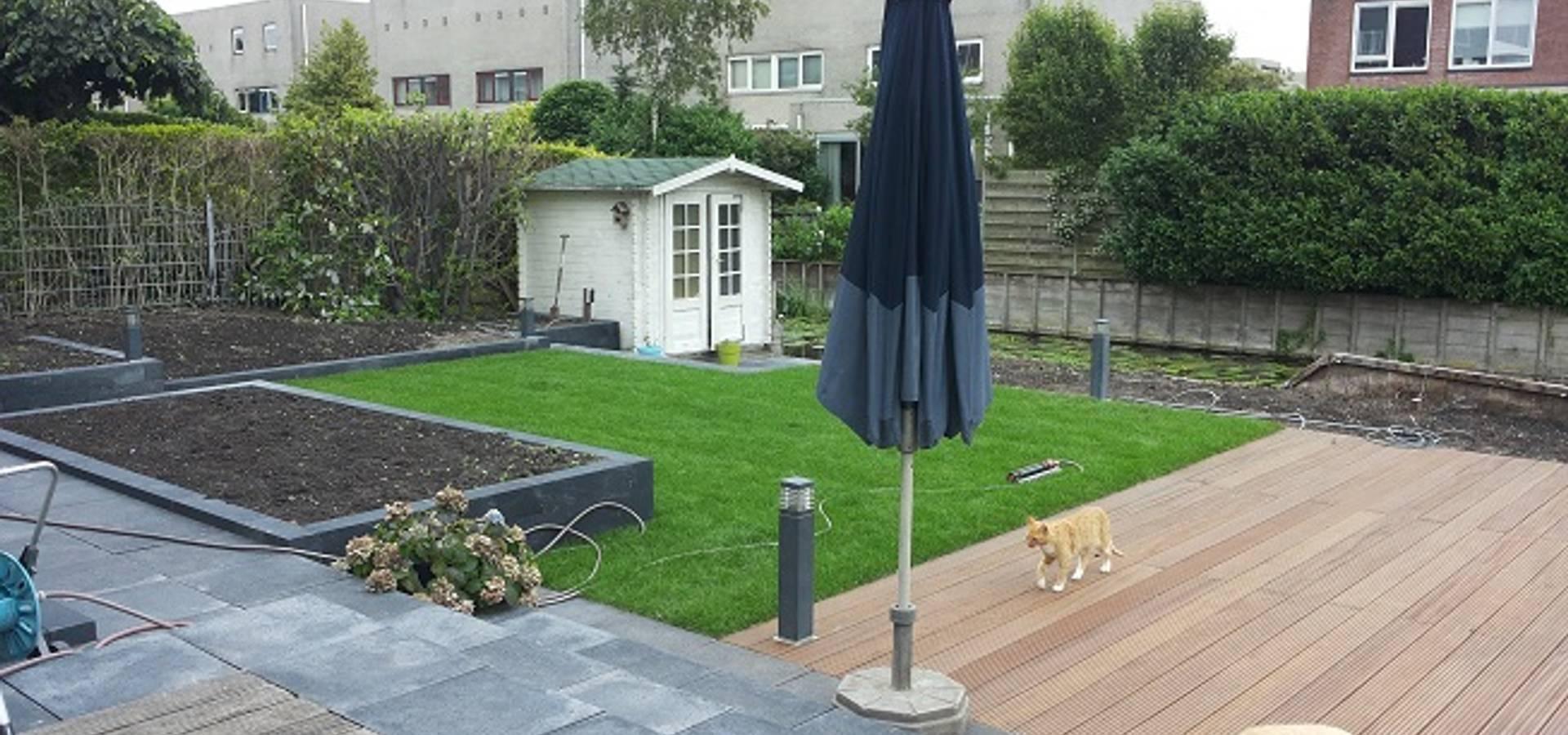 Moderne en strakke tuin aan het water met luxe renson for Moderne tuin met overkapping