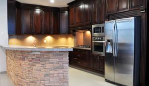 Amarillo Interiorismo: klasik tarz tarz Mutfak