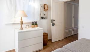 Camera da letto in stile in stile Mediterraneo di Home Staging Factory